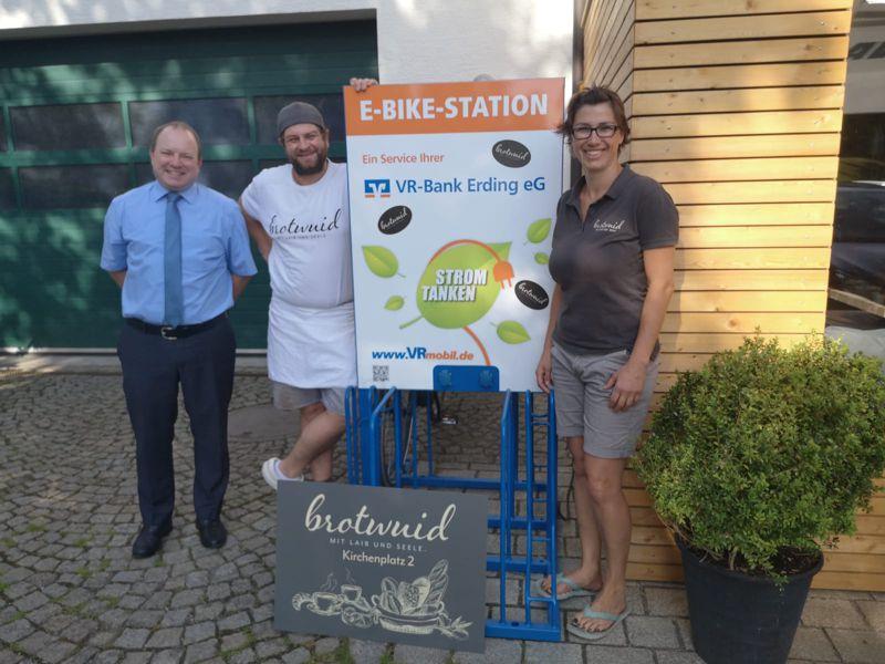 Übergabe der E-Bike Ladestation an die Bäckerei brotwuid