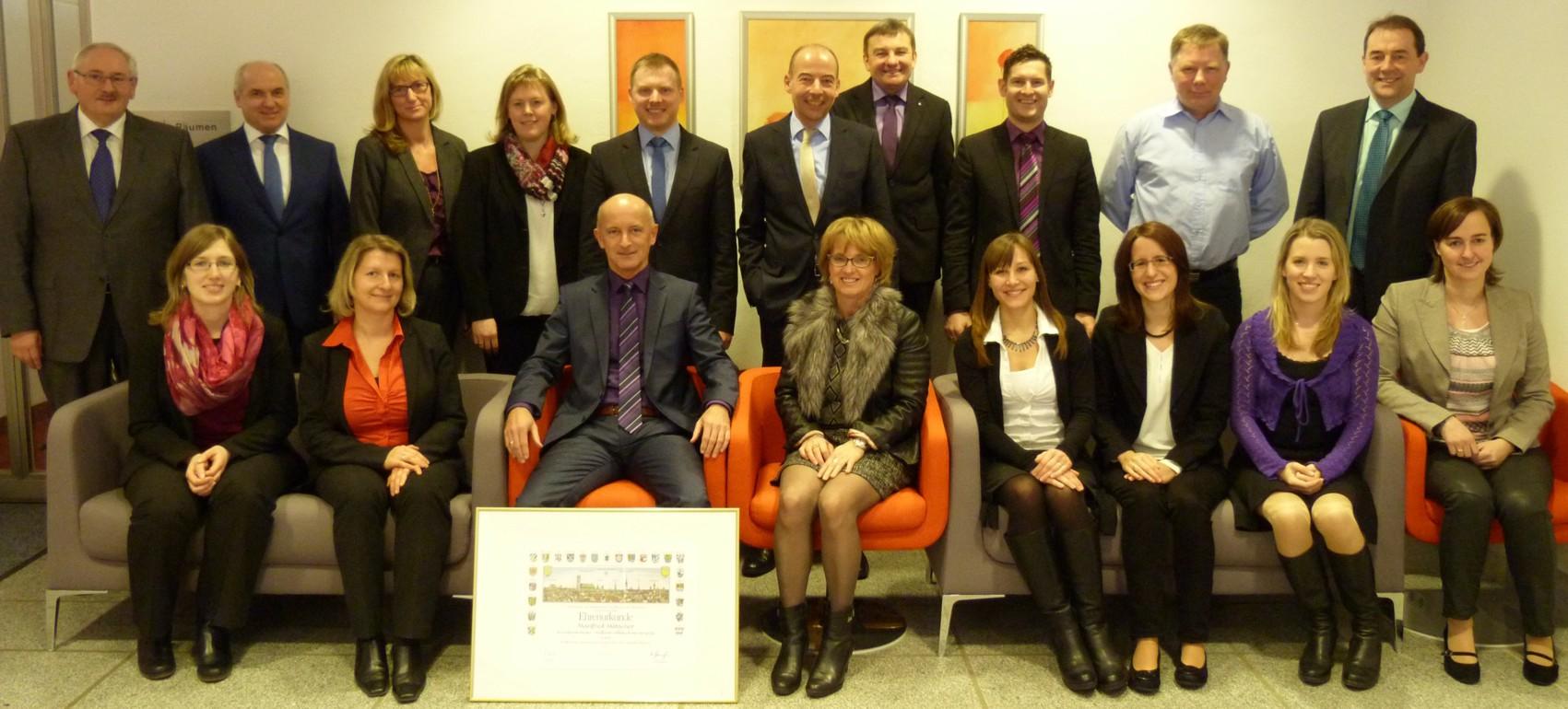 Langjährige Mitarbeiterinnen und Mitarbeiter der Raiffeisen-Volksbank Isen-Sempt eG