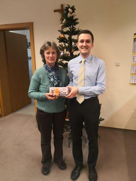Frau Peis nimmt Ihren Preis in der Geschäftsstelle Reichenkirchen der  VR-Bank Erding eG entgegen.