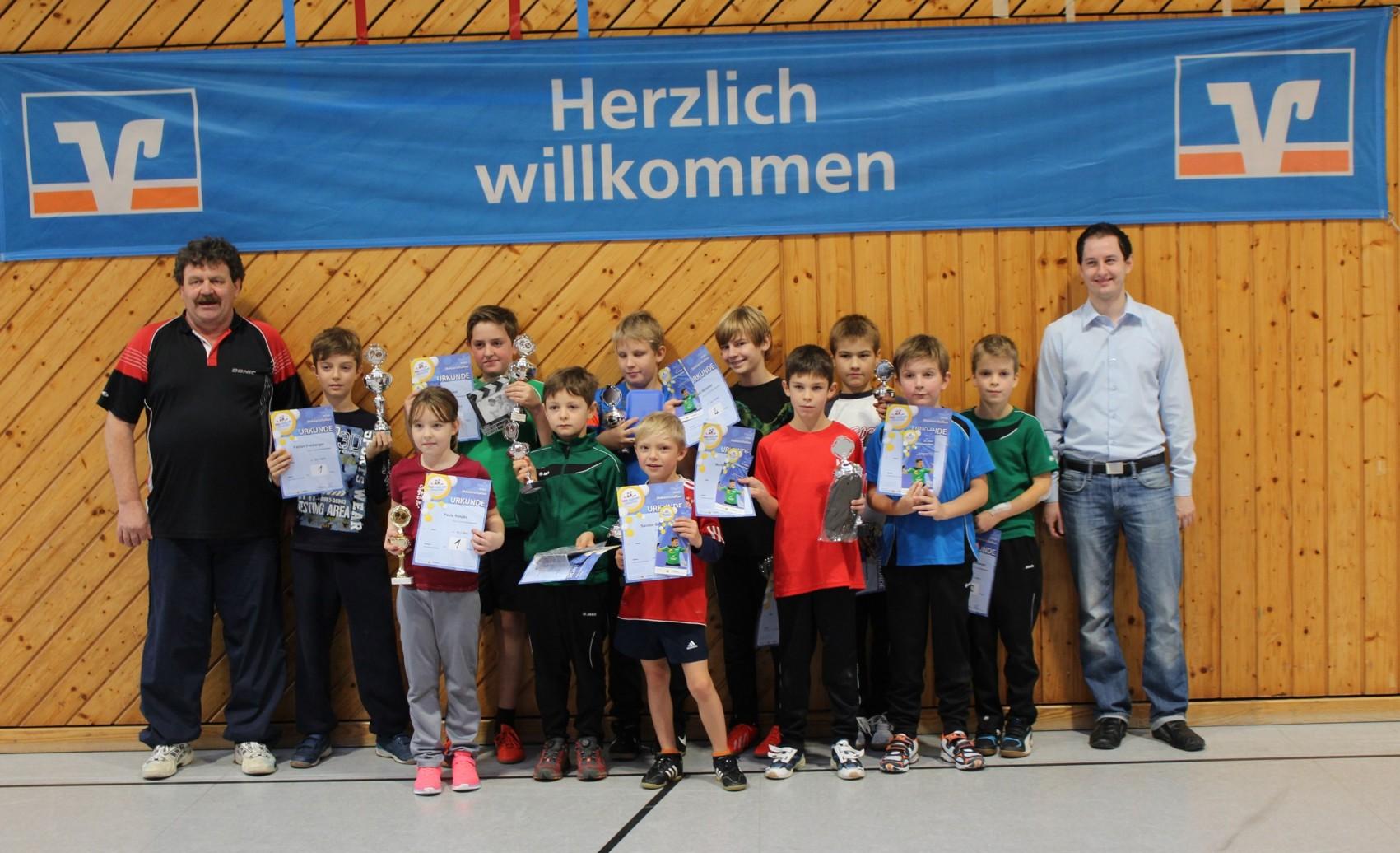 Werner Ihm (TSV Isen) und Florian Mayer (Raiffeisen-Volksbank Isen-Sempt eG) mit den glücklichen Gewinnern.